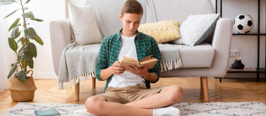 A képen kanapé, beltéri, ülő, élő látható  Automatikusan generált leírás