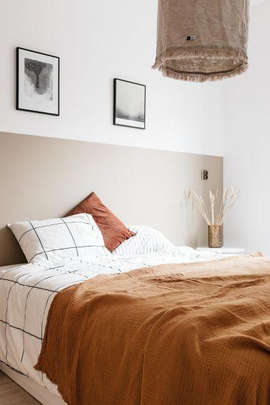 Quarto com estilo rústico, substituiu a cabeceira por uma pintura na parede, quadros decorativos e luminária pendente.