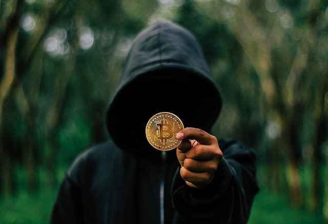 homme montrant un bitcoin