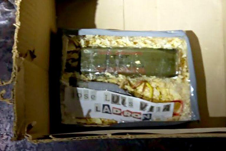 La imagen del artefacto explosivo que aparece en los medios el 7 de julio, al día siguiente de que la colocaran frente al domicilio donde solía vivir José Luis Vila