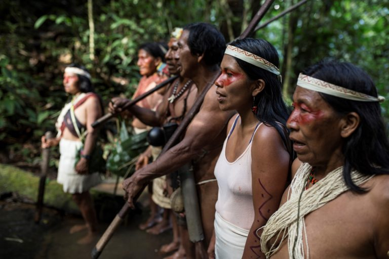 Nemonte Nenquimo en su comunidad. Foto: Sophie Pinchetti, Amazon Frontlines.