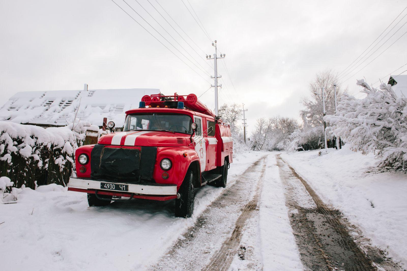 Спасатели помогают людям восстанавливать разрушенные дома