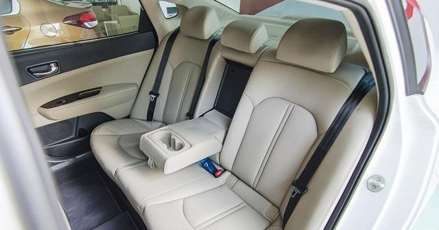 Ghế ngồi phía sau với chỗ để chân thoải mái (nguồn: Internet)