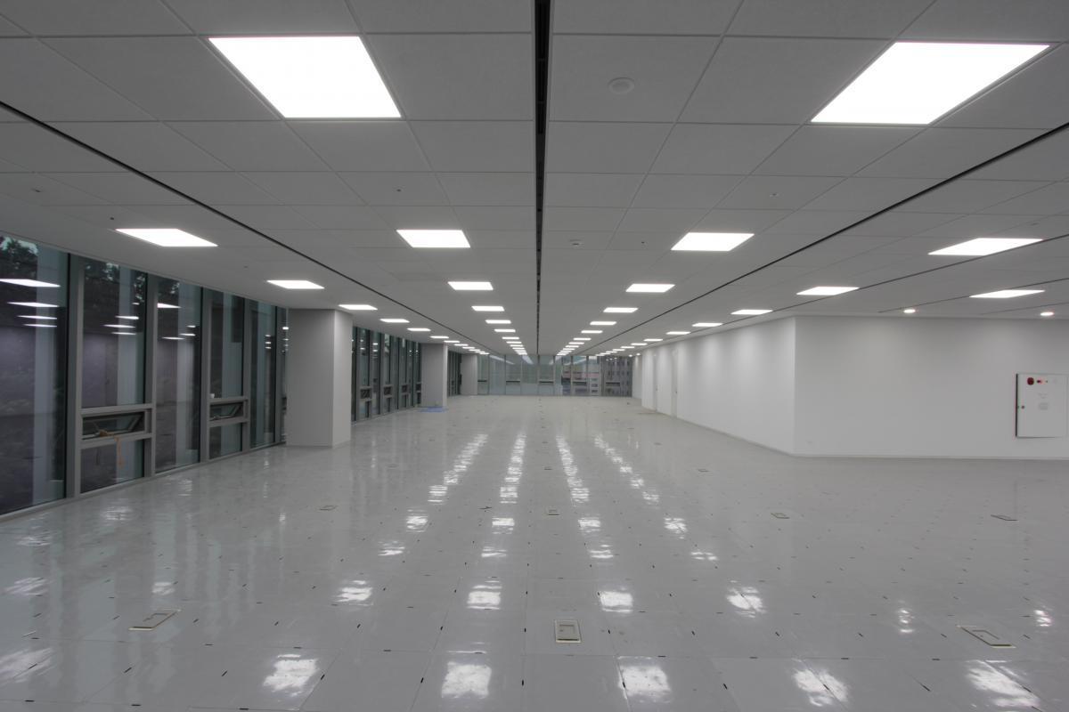Встроенные светильники идеально подходят в клеточки подвесного потолка