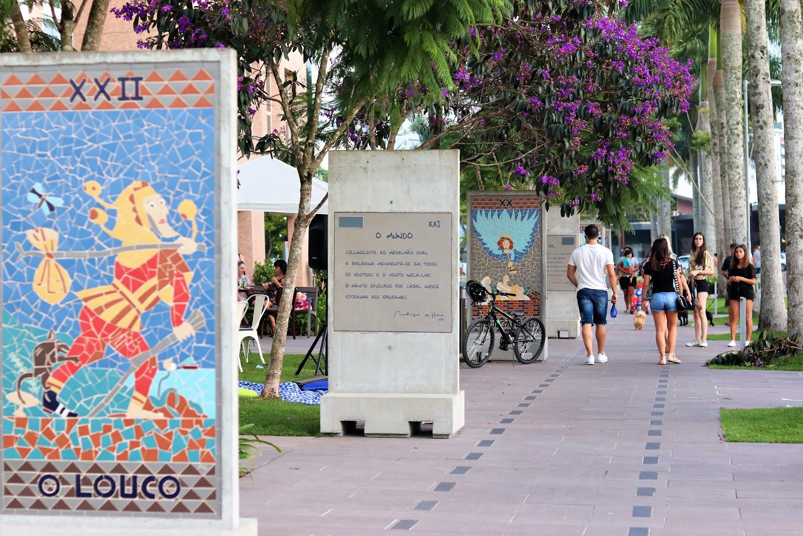 foto das calçadas do Passeio pedra Branca com obras de arte