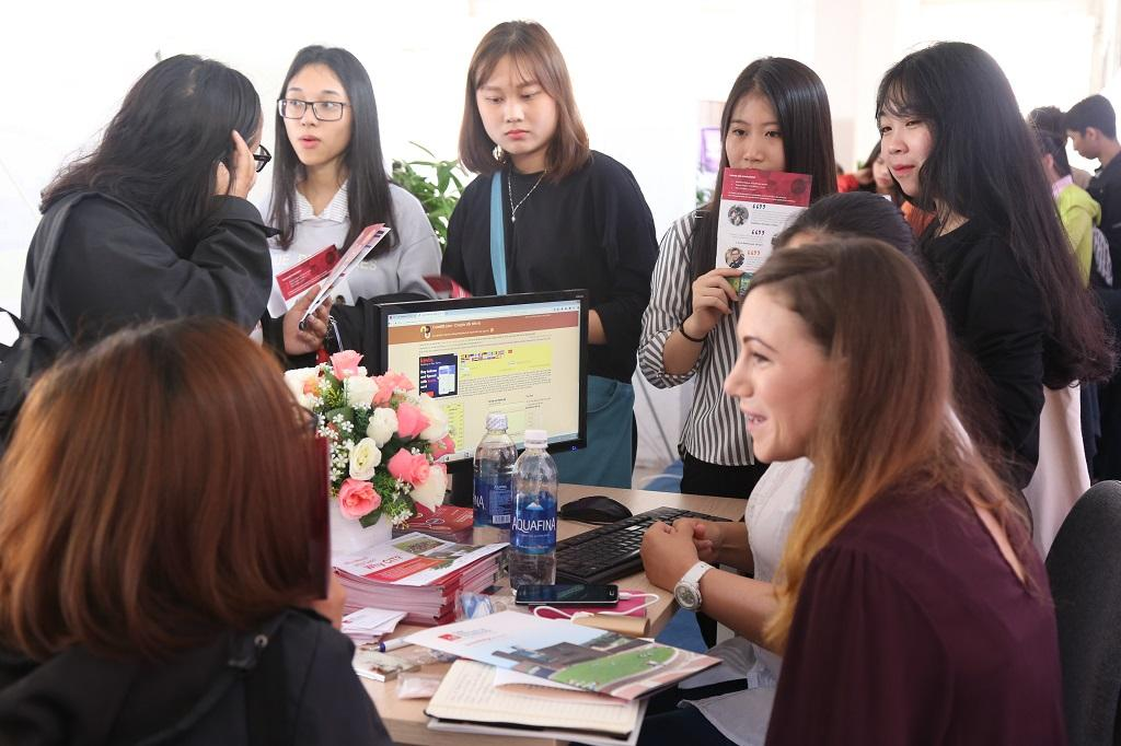 http://due.udn.vn/Portals/0/Editor/TruyenThong_DUE/Nam%202017/Edufair%202017/IMG_4096.JPG