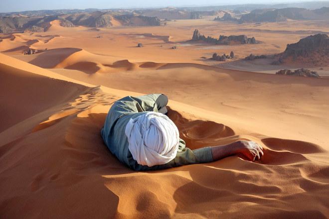 Phút nghỉ ngơi tại một người đàn ông sa mạc trên Sahara, đoạn qua vườn quốc gia Tassili N'Ajjer, Algeria.