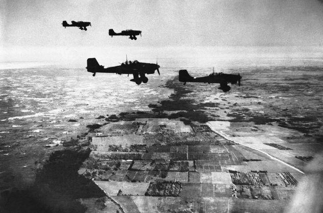 Нацистские бомбардировщики направляются в сторону Крыма, 1941 год