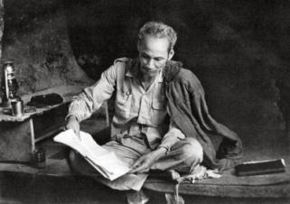 Người làm việc trong hang đá ở Việt Bắc năm 1951.