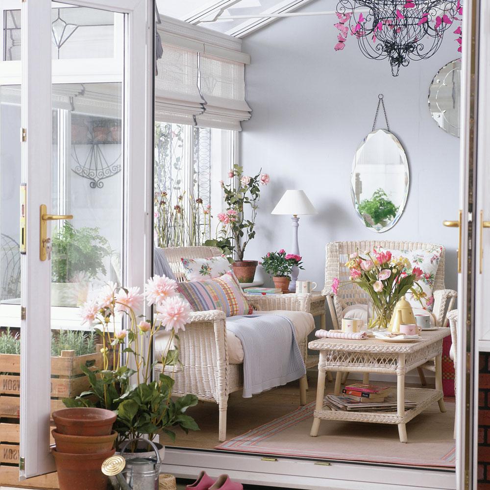 Suasana yang romantis dan feminin pada hunian dengan desain interior shabby chic - source: idealhome.co.uk