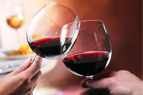 Kỹ thuật cầm ly rượu vang thưởng thức đúng chuẩn sang chảnh của người sành điệu