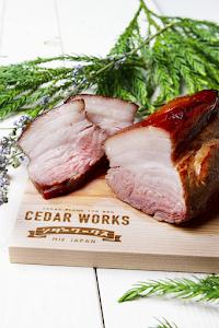 津市久居明神町【大西畜産のブランド豚】を使用。豚肉の旨味が濃く、歯ごたえもある、ウデ肉300gを使った杉焼きポーク。塩のシンプルな味付けが杉焼きの旨さを引き立てます。初めて杉焼き料理を食べていただく方にもおススメです。好みの厚さに切り分けてお召し上がりください。