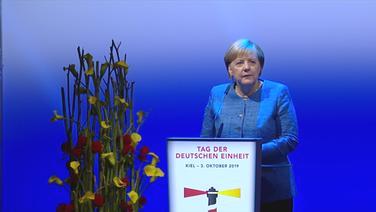 Angela Merkel spricht anlässlich des Tag der deutschen Einheit in der Sparkassen-Arena in Kiel. © NDR