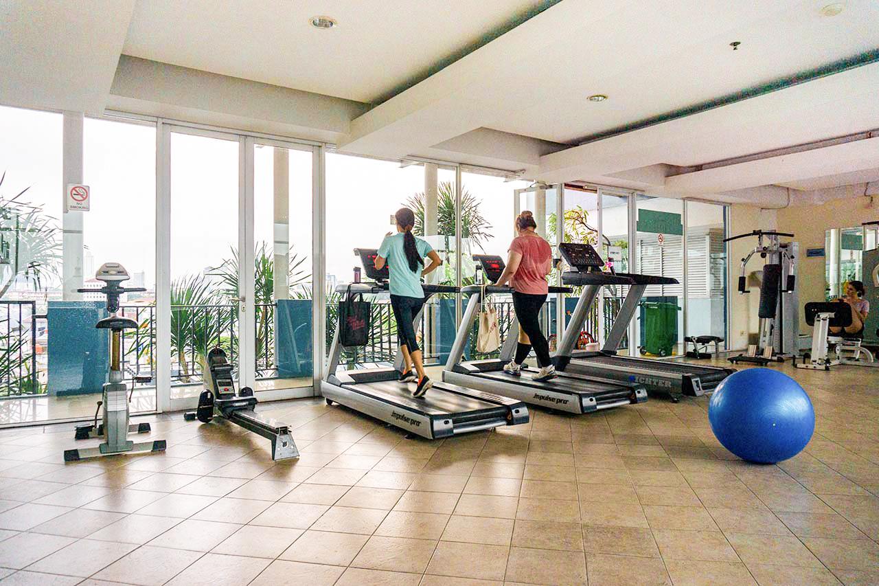 Fasilitas penunjang seperti gym biasanya tersedia