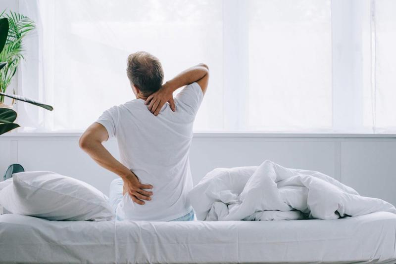 Mua nệm cho người đau lưng không nên chọn nệm quá cứng hoặc quá mềm