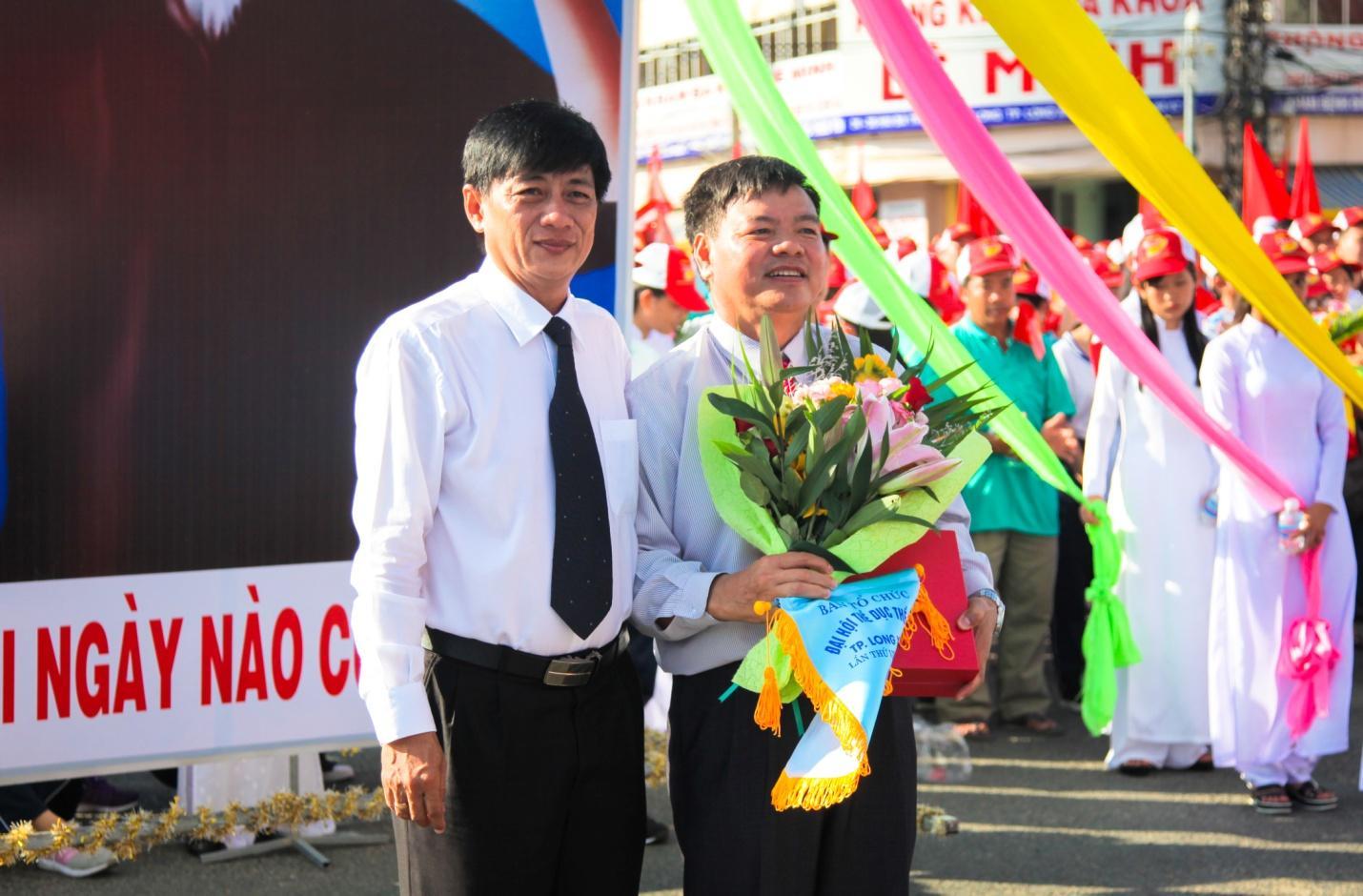 Description: 5. Ông Lê Xuân Quế - Phó TGĐ Tập đoàn Sao Mai nhận hoa, cờ lưu niệm từ Ban tổ chức.jpg