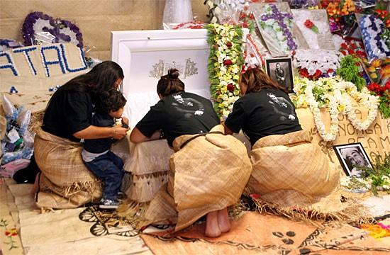 Cenas de um funeral maori tradicional