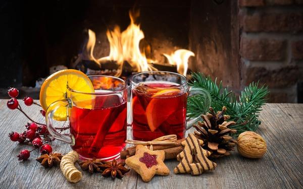 """Открытка """"Натюрморт, чай с печеньем, лимоном на фоне огня"""""""