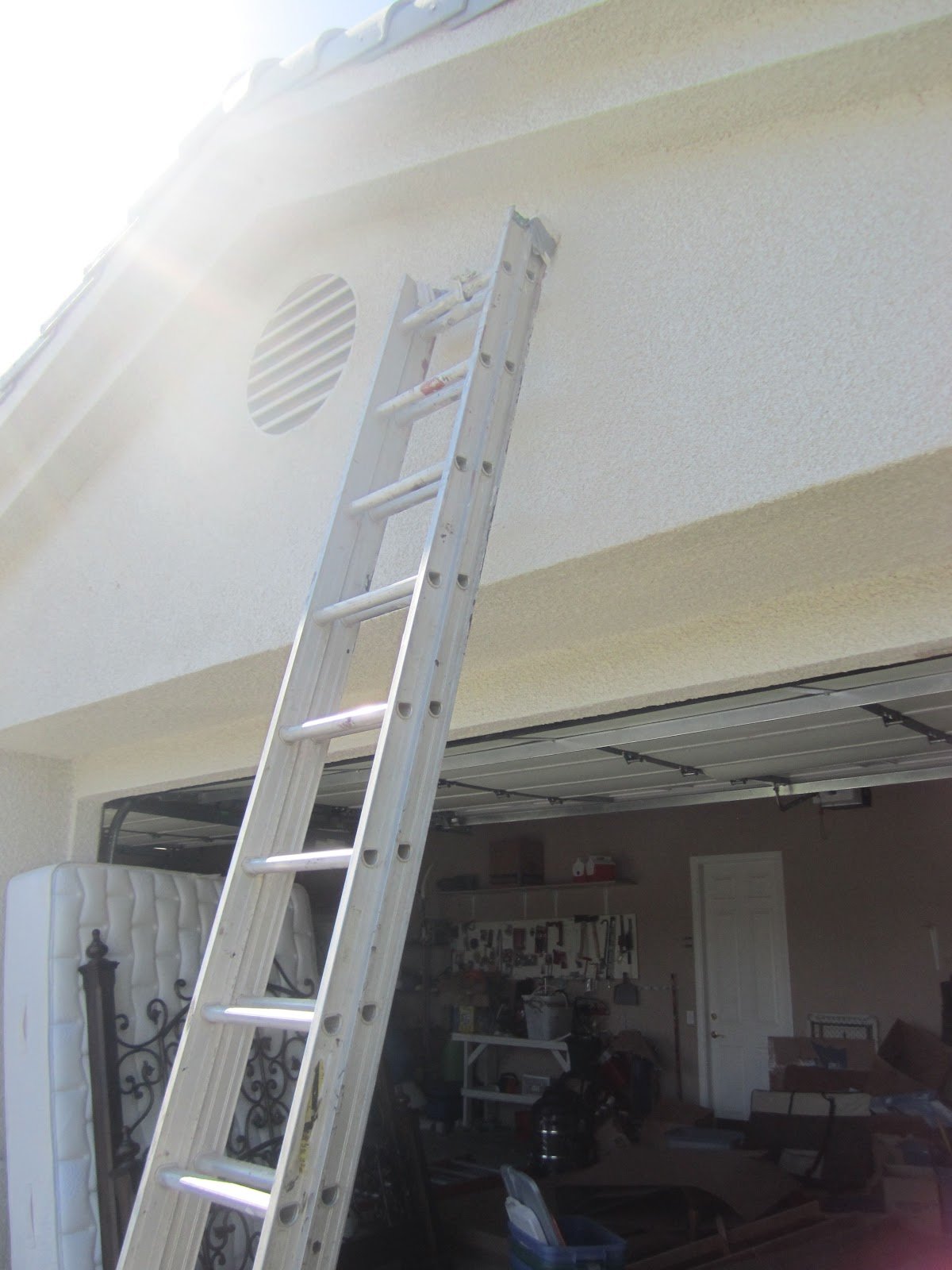 3240px-Extension_ladder_leaning_against_a_garage.JPG