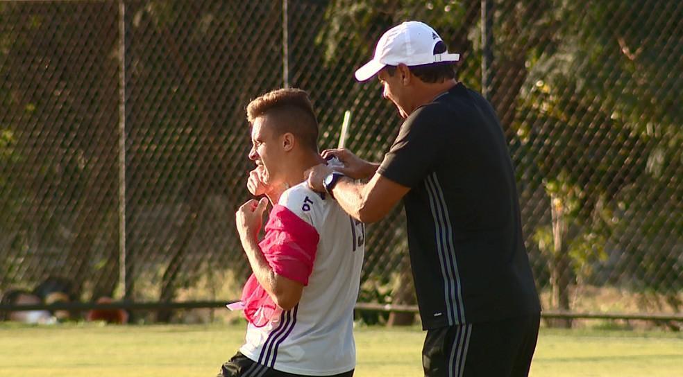 Sempre pilhado, Brigatti conversa com Felipe Saraiva antes do trabalho com os reservas (Foto: Carlos Velardi/ EPTV)