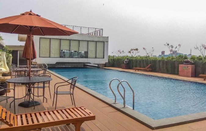 Dave Apartment Depok simming pool view