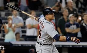 Un jugador de béisbol con un bate en la mano  Descripción generada automáticamente