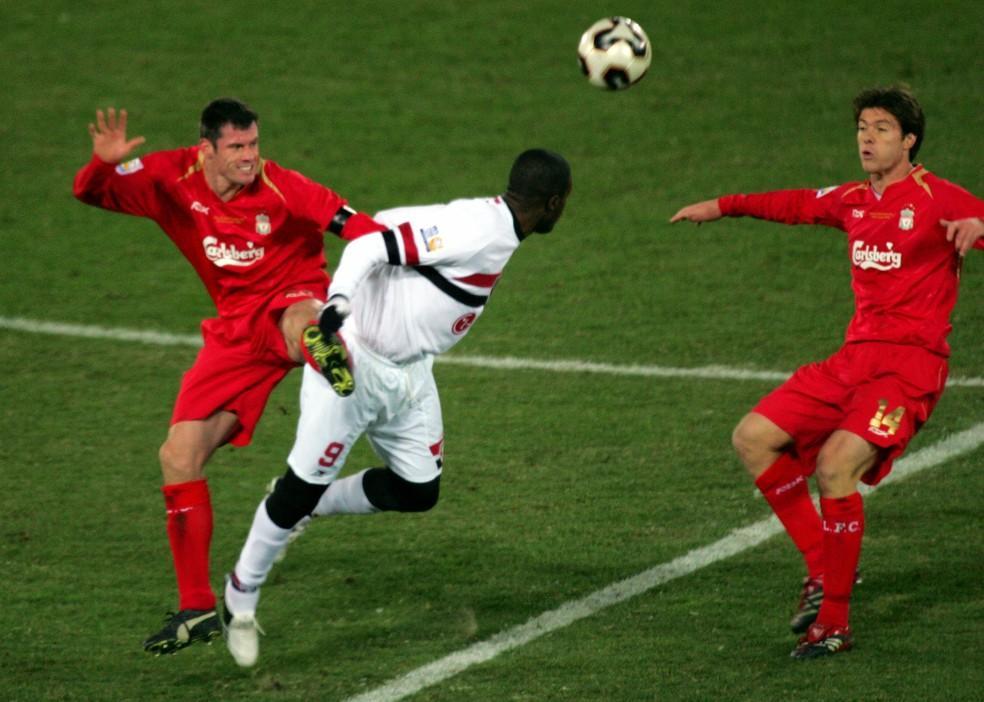 Grafite atuando contra o Liverpool, na final do Mundial de Clubes de 2005 (Foto: Reuters)