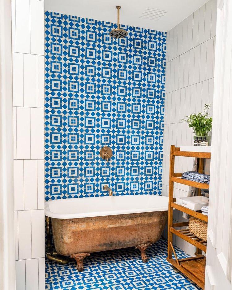 бирюзовая контрасная плитка в ванной комнате с душем встроенным в потолок