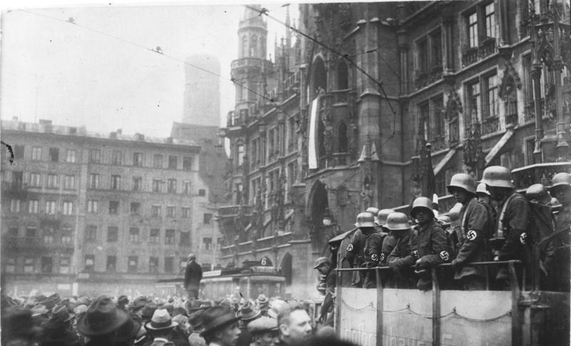 Bundesarchiv_Bild_119-1486,_Hitler-Putsch,_München,_Marienplatz.jpg