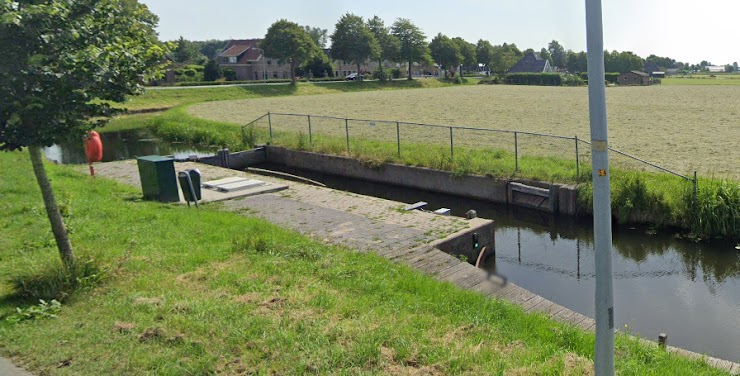 Sluisje bij het Zijdwerk Zwaagdijk/Wervershoof (zelfbediening) - Foto Streetview Google