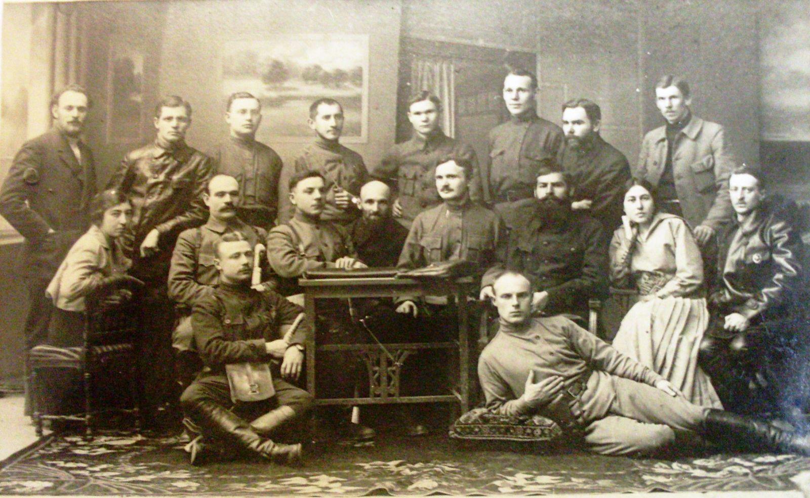 1919 рік: комендант Харкова Якимович серед керівництва Радянської України. Сидить з планшетом