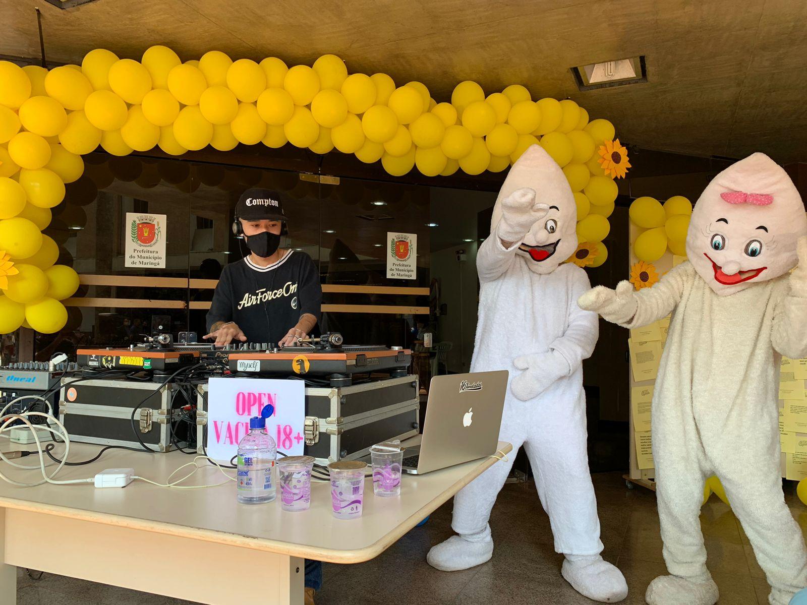 Zé Gotinha e Maria Gotinha dançam ao lado do DJ responsável pela música do Open Vacina. Foto: Prefeitura de Maringá
