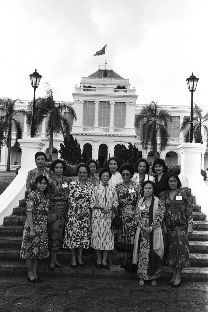 A group photo of Che Zahara with members of the Singapore Council of Women's Organisations (SCWO) during a garden party at the Istana