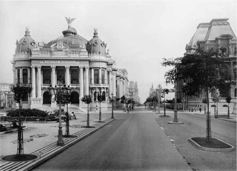 Fotografia do Theatro Municipal após a reforma urbana na cidade do Rio de Janeiro.