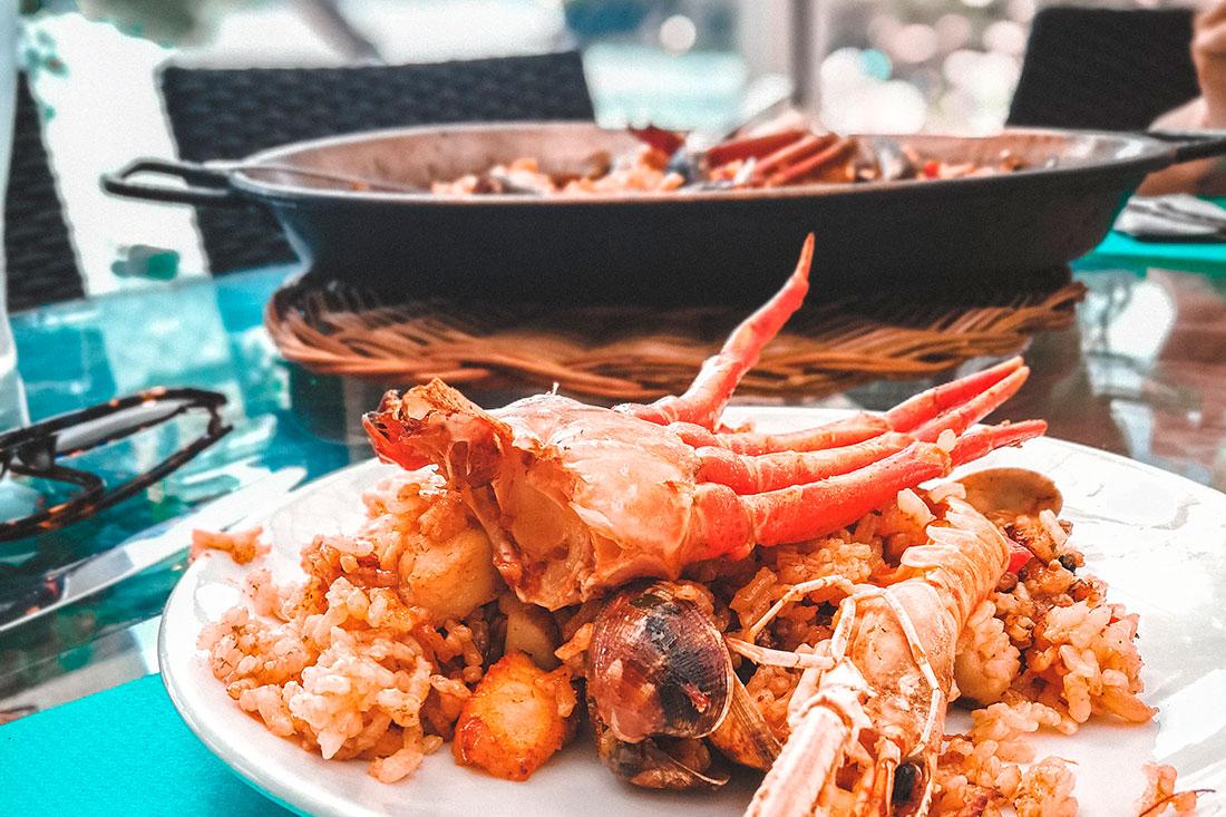 ¡Aquí hay una paella de pescado y marisco para chuparse los dedos! ❤
