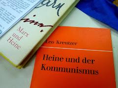 Auf dem Tisch liegen Bücher: »Heine und der Kommunismus« und »Marx und Heine«.