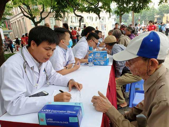 BS. Nguyễn Trọng Hưng tư vấn chế độ dinh dưỡng phòng bệnh đái tháo đường cho người dân tại Ngày hội thế giới phòng chống bệnh đái tháo đường năm 2018.