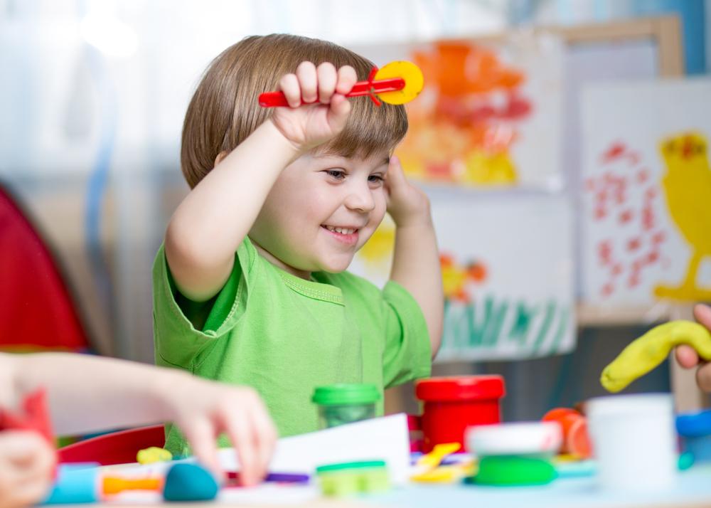 O espaço escolar deve ser adequado ao atendimento dos alunos dessa faixa etária. O ambiente deve oferecer os padrões mínimos de qualidade, em especial com relação à proteção e à segurança das crianças pequenas. (Fonte: Shutterstock)