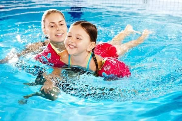 dạy bơi cho trẻ mầm non