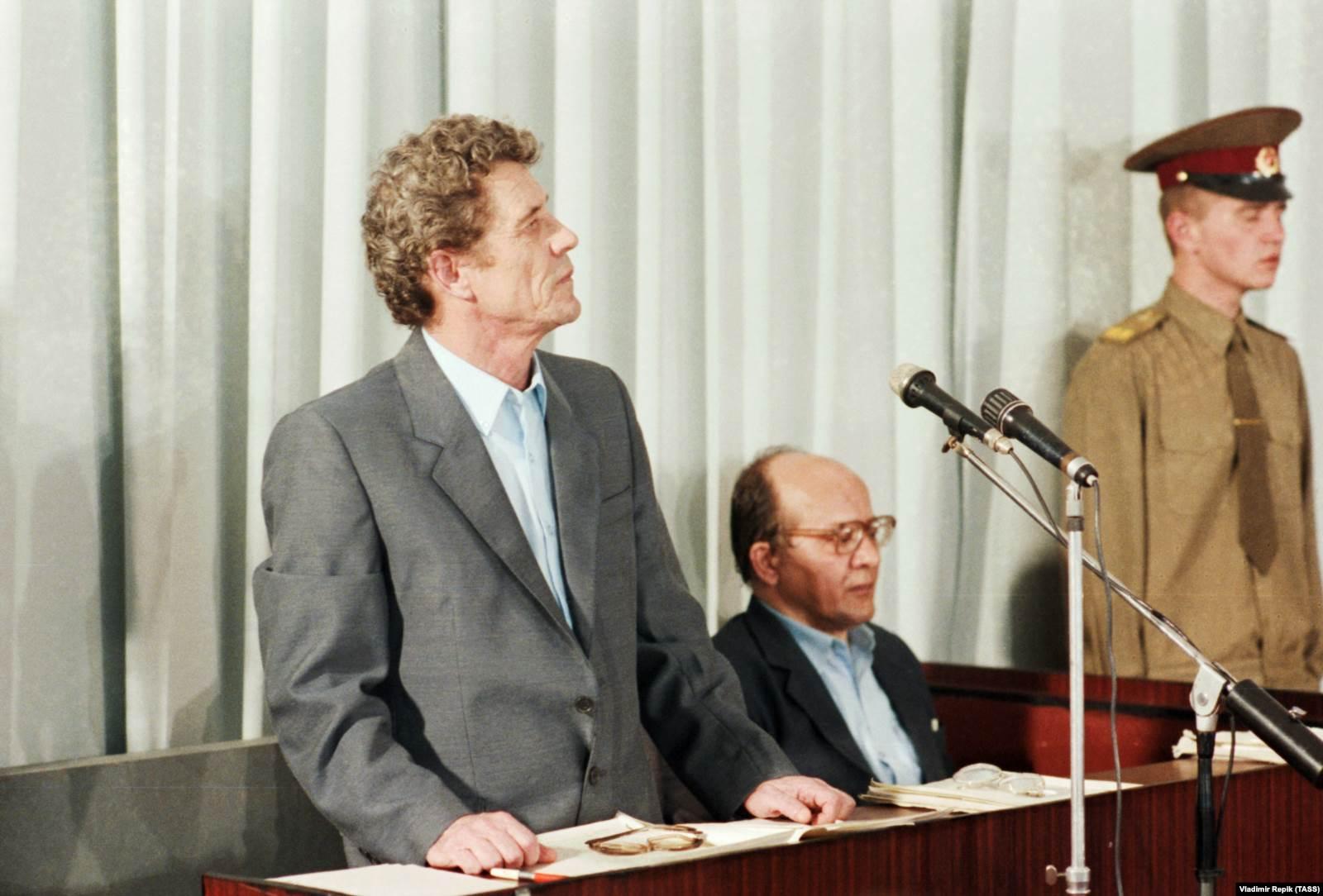 Дело по обвинению бывшего руководства ЧАЭС. Бывший директор Чернобыльской атомной электростанции Виктор Брюханов (слева) и бывший главный инженер Николай Фомин во время судебного заседания