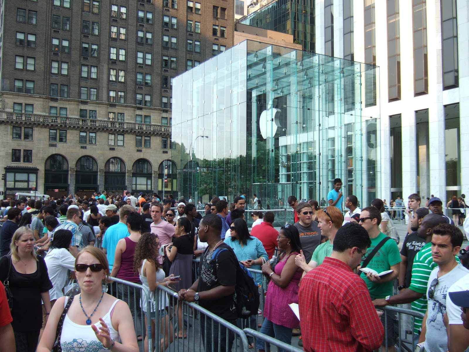 Line_at_Apple_Store_in_NYC.jpg