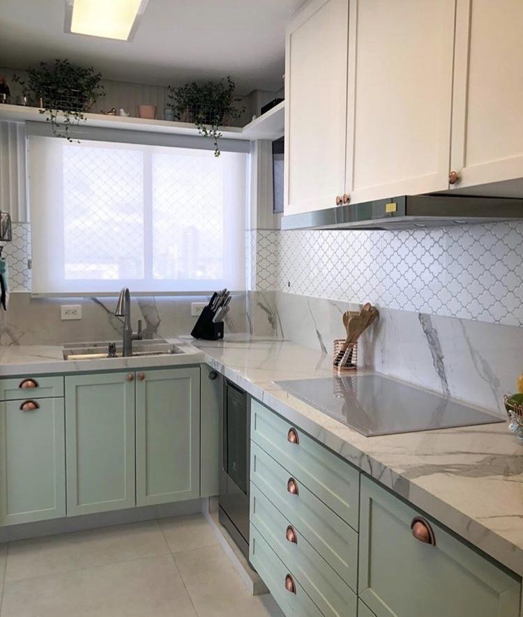 Cozinha com marcenaria Clássica colorida, bancada com porcelanato Carrara como montar conceito de projeto