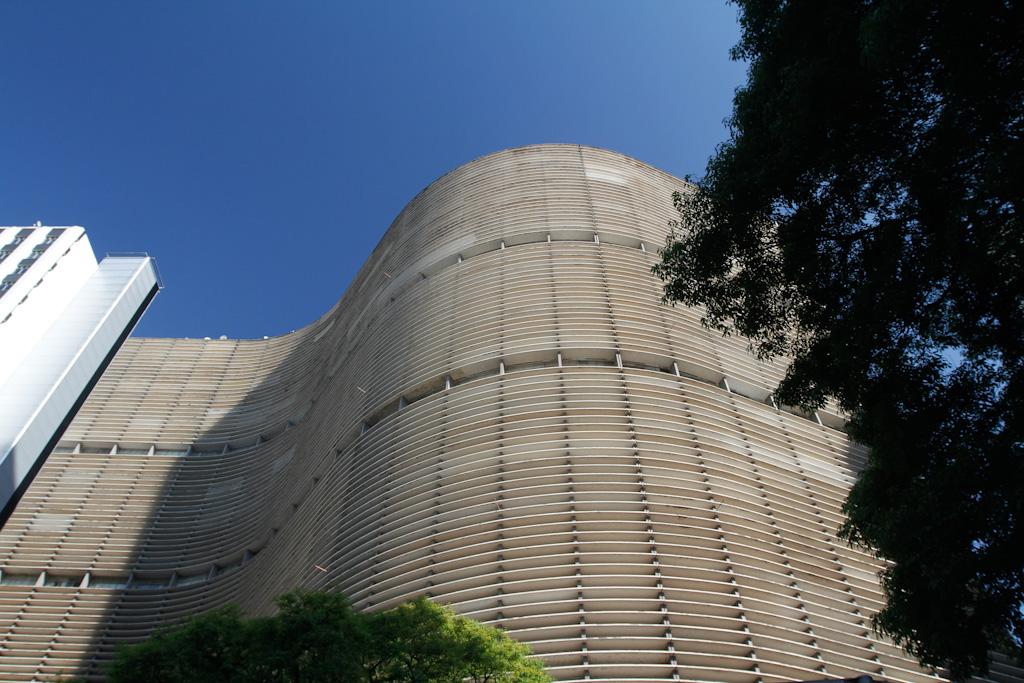Edifício Copan visto de baixo para cima.