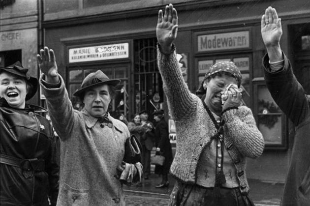 Судетские немцы на улицах Хеба (Эгера) приветствуют немецкие войска оккупировали Судетскую область / Фото: https://uk.wikipedia.org