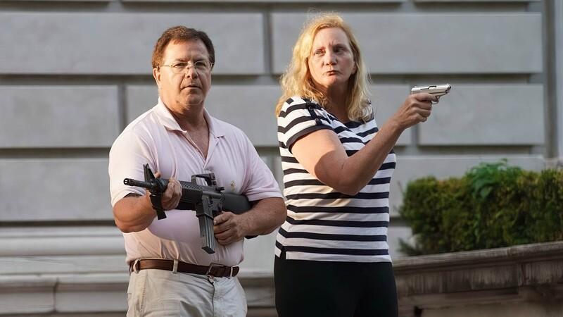 Супругам-адвокатам МакКлоски предъявили обвинения за защиту своего дома