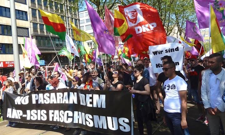 Demonstrantinnen mit Fahnen und Transparent: «No pasaran dem AKP-ISIS Faschismus».