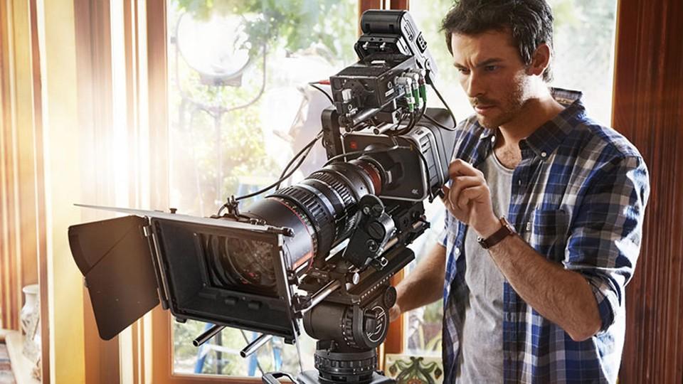 Đối với tiền kì phim doanh nghiệp, bạn cần tập trung vào ánh sáng và màu sắc tổng thể của phim.