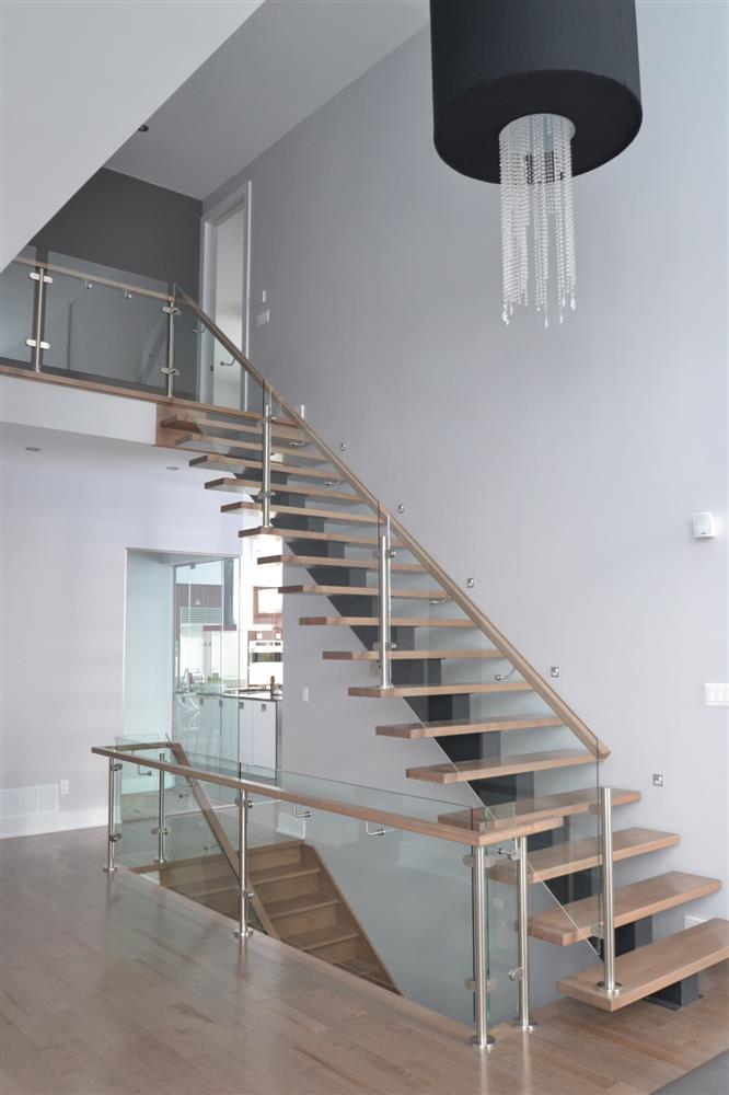 Escalier intérieur en bois dans une aire ouverte résidentielle