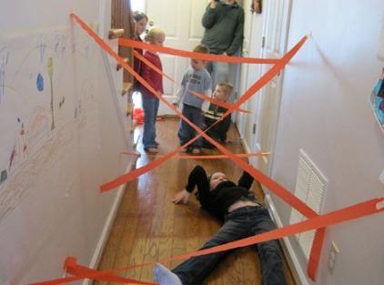 Brincadeira no corredor com fita. Imagine que está numa missão impossível!