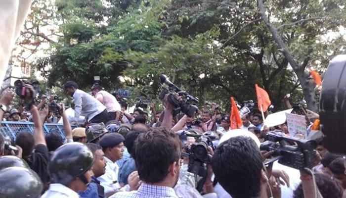 পাল্টা মিছিলে ব্যারিকেড টপকে এগোনোর চেষ্টা ABVP সমর্থকদের, ধাক্কাধাক্কিতে আহত RSS নেতা
